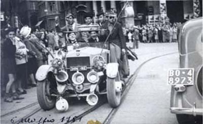 Sfilata con FIAT 509 del 1927 addobbata con vasi da notte e maschere antigas : Bologna : 6 maggio 1951