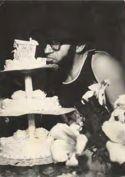 Tonino Belletti mangia una torta nuziale