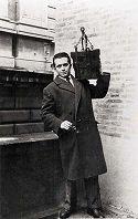 Sergio Busi con la secchia rapita: 1947