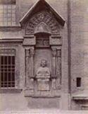 Mantova: piazza Dante: monumento a Virgilio, posto all'esterno del palazzo della Ragione