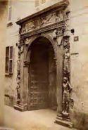 Milano: via dei Bossi: portale marmoreo del Banco Mediceo