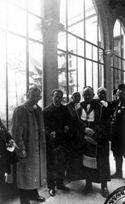 [Uno scienziato, Erwin Schrodinger e Giovanni Battista Bonino Bonino nel corridoio del palazzo universitario di Bologna: celebrazione del II centenario della nascita di Luigi Galvani: 17-21 ottobre 1937]