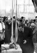 [Il rettore Felice Battaglia, alla presenza delle autorità cittadine e degli studenti, inserisce il tubo di ferro, in cui sono stati inseriti la pergamena inaugurale ed alcuni cimeli, nella apertura posta sulla prima pietra del collegio universitario Irnerio: piazza Vittorio Puntoni, Bologna: 24 febbraio 1953]