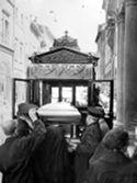 [La bara di Cesare Barbieri viene caricata sul carro funebre: inizio del corteo funebre dalla chiesa di Santa Maria Maddalena per i funerali alla salma: via Zamboni 47, Bologna: 9 giugno 1956]
