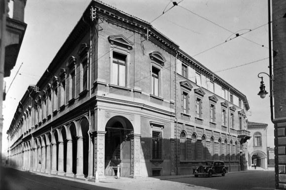 Palazzo Poggi con auto d'epoca